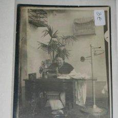 Postales: POSTAL ANTIGUA FOTOGRAFÍA BLANCO Y NEGRO RETRATO DE MUJER COSIENDO EN UNA MAQUINA SINGER.. Lote 39164172