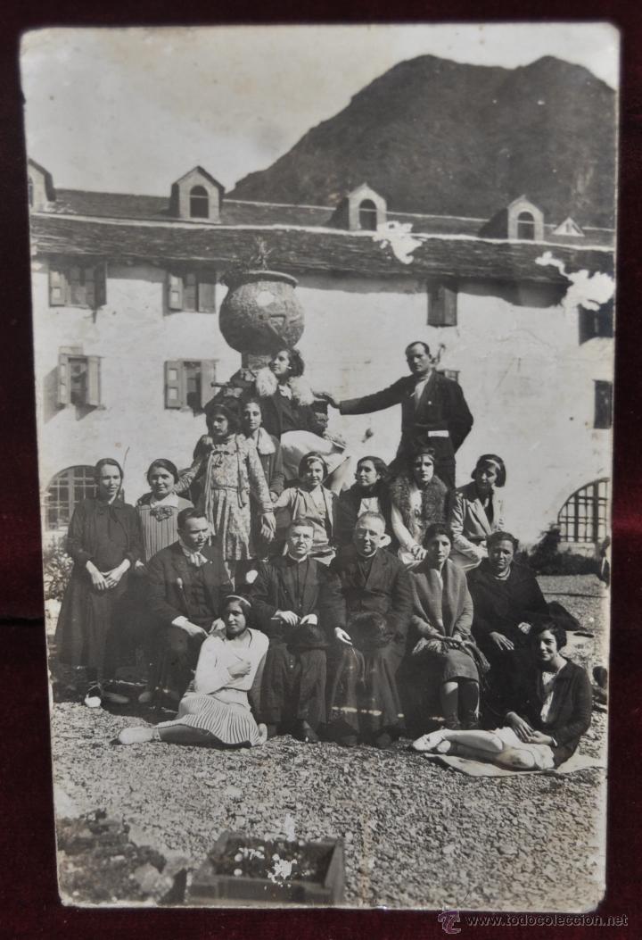 FOTO POSTAL DE PRINCIPIOS DE SIGLO XX. GRUPO DE MUJERES Y CURAS. SIN CIRCULAR (Postales - Varios)