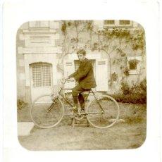 Postales: 2 POSTALES FOTOGRÁFICAS, JOVEN EN BICICLETA Y FAMILIA CON RAQUETAS DE TENIS, 1908 . Lote 55718350