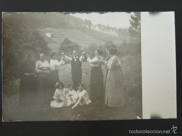 POSTAL FOTOGRÁFICA. MUJERES, HOMBRES Y NIÑOS DIVIRTIÉNDOSE EN EL CAMPO. (Postales - Varios)
