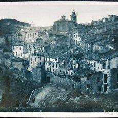 Postales: FOTO POSTAL ANTIGUA, PUEBLO DE MONTAÑA AMURALLADO, LUGAR DESCONOCIDO. Lote 61596876