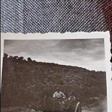 Postales: ANTIGUA FOTOGRAFÍA. MUJER Y HOMBRE EN CARRO. ZONA ALTO PALANCIA. FOTO PEQUEÑO FORMATO. . Lote 66224490