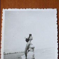 Postales: ANTIGUA FOTOGRAFÍA. CHICA CON TRAJE DE BAÑO POSANDO EN LA PLAYA. FOTO AÑOS 50. . Lote 68435225