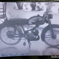 Postales: ANTIGUA FOTOGRAFÍA. MOTO TORROT 49 C.C. FOTO AÑOS 60.. Lote 78020553