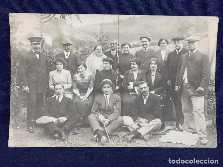 POSTAL FOTOGRAFIA DIVIDIDA GRUPO POSANDO FAMILIA SANTANDER CANTABRIA RASGADA (Postales - Varios)