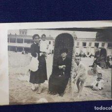 Postales: FOTOGRAFIA ABUELA EN PLAYA CON NIÑERA SERVICIO Y NIETOS SANTANDER SARDINERO PPIO S XX. Lote 105844219