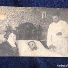 Postales: POSTAL CABALLERO CON BARBA MEDICO TOMA PULSO CONVALESCIENTE ENFERMO. Lote 114323587
