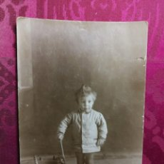 Postales: ANTIGUA FOTOGRAFÍA POSTAL. NIÑO CON JUGUETE CABALLITO DE MADERA.. Lote 130543598