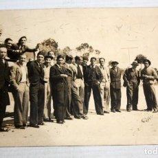 Postales: ANTIGUA FOTO POSTAL DE LOS AÑOS 40. JUGADORES DEL FC BARCELONA ANTES DEL PARTIDO. SIN CIRCULAR. Lote 136797202