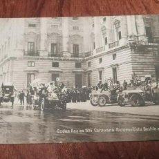 Postales: ANTIGUA POSTAL.BODAS REALES.CARAVANA AUTOMOVILISTA DESFILE ANTE EL REY.MONARQUIA.MADRID PALACIO REAL. Lote 138620270