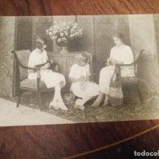 Postales: ANTIGUA POSTAL DE SU MAJESTAD LA REINA Dª. VICTORIA TRABAJANDO CON SS. AA. RR. LAS INFANTAS.. Lote 138620822