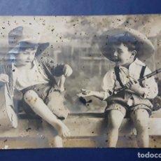 Postales: ANTIGUA POSTAL PAREJA DE NIÑOS CON SU INSTRUMENTOS, ESCRITA Y FECHADA EN 1924. Lote 145046506