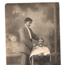 Postales: TARJETA POSTAL FOTOGRAFICA CON ESCENA DE CORTE DE BIGOTE. CIRCA 1930. FRANCIA. Lote 148158832