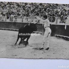 Postales: CORRIDA DE TOROS. UN PAR DE BANDERILLAS DE LUIS MIGUEL DOMINGUIN. ELCE. CIRCULADA. CCTT. Lote 165847058