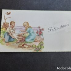 Postales: TARJETA FELICITACION NIÑOS CURANDO A UN CORDERO ILUSTRADOR 6 X 10,5 CMTS. Lote 175544430