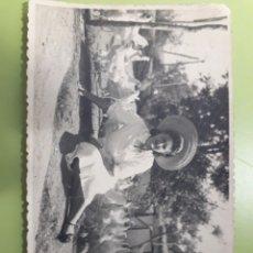 Postales: TARJETA POSTAL SEÑORA CON GALLINAS. Lote 179034211