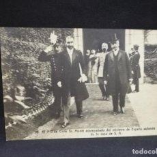 Postales: TARJETA POSTAL DE SR. MONIT, PTE. DE CHILE ACOMPAÑADO DEL MINISTRO DE ESPAÑA SALIENDO DE LA CASA S.A. Lote 210732140