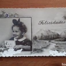 Postales: PEQUEÑA POSTAL FELICITACIÓN FOTOGRAFÍA BLANCO Y NEGRO NIÑA PAISAJE. Lote 194535181