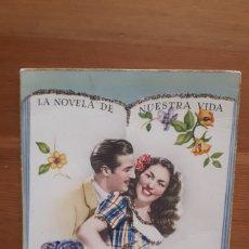 Postales: ANTIGUA POSTAL PAREJA ROMÁNTICA LA NOVELA DE NUESTRA VIDA. CON PURPURINA. AÑOS 50.. Lote 194537541
