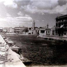 Postales: PUERTO, BARCAS Y SILLAS ??. FOTO. NUEVA. BLANCO/NEGRO. Lote 194553663