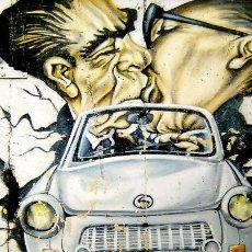 Postales: BESO ENTRE LOS POLÍTICOS URSS-DDR Y COCHE. USADA CON SELLO. COLOR.. Lote 194872498