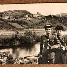 Cartes Postales: POSTAL FRANCESA DE DOS GUARDIA CIVILES EN EL BISADOA-CARABINIE ESPAGNOLS EN FACTION SUR LA BIDASSOA. Lote 199316971