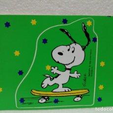 Cartoline: POSTAL SNOOPY CON PEGATINA TROQUELADA HALLMARK 1965. Lote 214231778