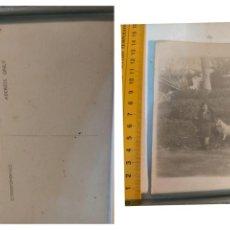 Postales: MUY ANTIGUA - TARJETA POSTAL FOTOGRAFICA - POST CARD SEÑORA CON PERRO - EXCLUSIVA. Lote 225047000