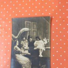 Postales: TARJETA POSTAL ANTIGUA CON FOTO DE UNA FAMILIA JUNTO A UN PIANO Y UN ARPA.. Lote 241788490