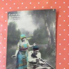 Postales: TARJETA POSTAL ANTIGUA, CON FOTO COLOREADA DE MUJER Y SOLDADO CON ARMA.. Lote 242092295