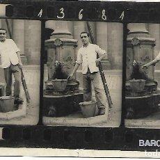 Cartes Postales: ANTIGUA POSTAL FOTOGRAFIA DE 3 CLICHES, CLIXES. BARCELONA 13681 SA, HOMBRE EN FUENTE. S/C. Lote 254177375