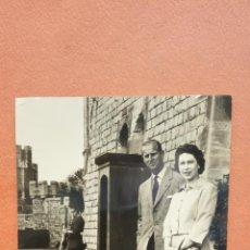 Cartoline: H.M. THE QUEEN WITH THE DUKE OF EDINBURGH AT WINDSOR CASTLE. BONITA POSTAL. CIRCULADA. Lote 267752064