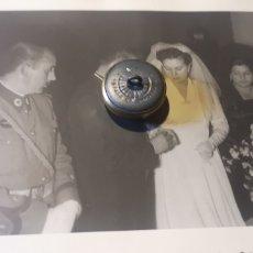 Postales: FOTOGRAFÍA DE LOS AÑOS 40 DE TENIENTE DE LA GUARDIA DE FRANCO EN EL DÍA DE SU BODA. Lote 288684218