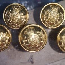 Postales: LOTE DE 5 BOTONES CON EL ESCUDO DE ALFONSO XIII. Lote 288690793