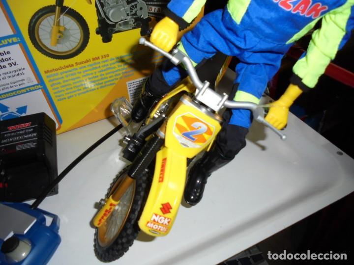 Radio Control: MOTOCICLETA RADIO CONTROL SUZUKI RM 250V.FUNCIONANDO EN SU CAJA.ESCALA 1:16 - Foto 4 - 168508884