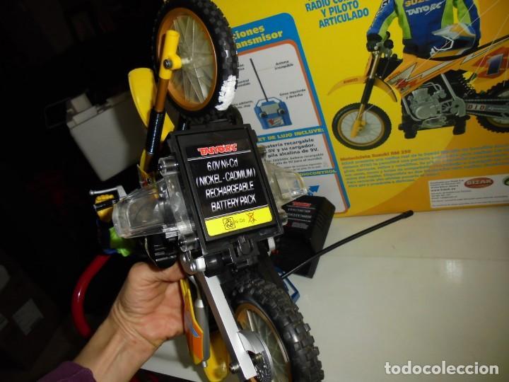 Radio Control: MOTOCICLETA RADIO CONTROL SUZUKI RM 250V.FUNCIONANDO EN SU CAJA.ESCALA 1:16 - Foto 12 - 168508884
