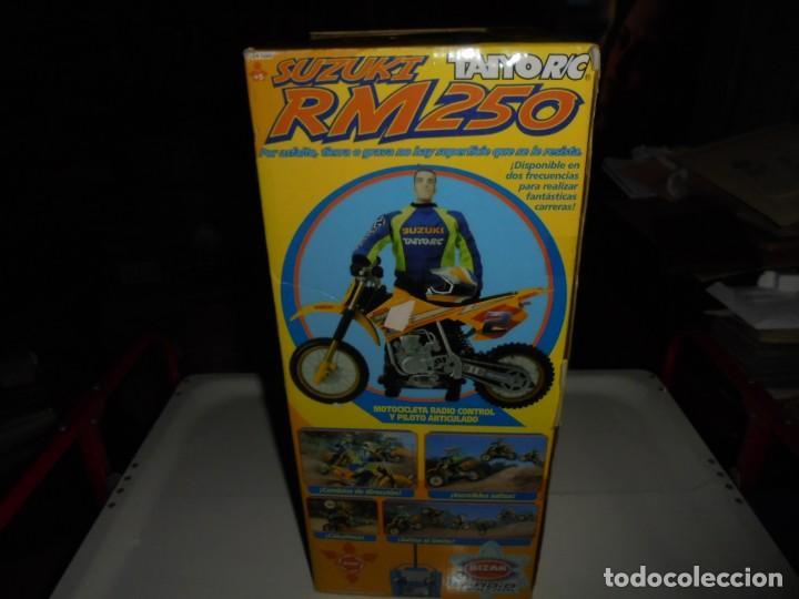 Radio Control: MOTOCICLETA RADIO CONTROL SUZUKI RM 250V.FUNCIONANDO EN SU CAJA.ESCALA 1:16 - Foto 20 - 168508884