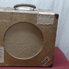 Rádios antigos: CAJA DE ALTAVOZ / MALETA VINTAGE ... DEL VENTRILOCUO LUIS FLORES DE EL ESCORIAL. Lote 217037816