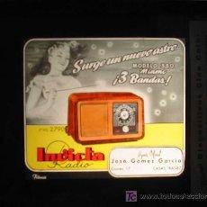Radios antiguas: ANTIGUA PUBLICIDAD EN CRISTAL PARA CINES : RADIO INVICTA - MODELO 330 MIAMI. CASAS IBAÑEZ. Lote 20104809