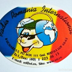 Radios antiguas: ANTIGUA PEGATINA RADIO RUMANÍA INTERNACIONAL EMITIENDO EN ESPAÑOL. Lote 95837999