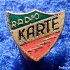 Radios antiguas: INSIGNIA PARA OJAL DE SOLAPA - RADIO KARTE - APARATOS ANTIGUOS DE RADIO - AÑOS 40´S, 50`S - RARA. Lote 147794654