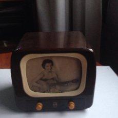 Radios antiguas: CAJA DE MÚSICA FORMA DE TELEVISIÓN PHILIPS. Lote 154312284