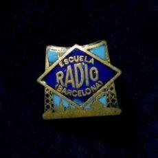Radios antiguas: ANTIGUA INSIGNIA PIN DE AGUJA IMPERDIBLE ESMALTADO ESCUELA RADIO BARCELONA. Lote 170491540