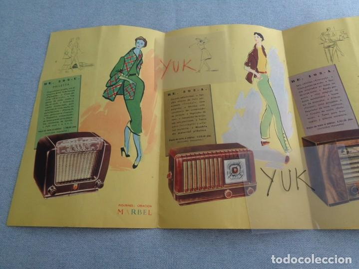 Radios antiguas: BONITO CATALOGO DESPLEGABLE CUADRUPLE DE RADIO PHILLIPS ILUSTRADO A COLOR - 1951 - Foto 2 - 263001925