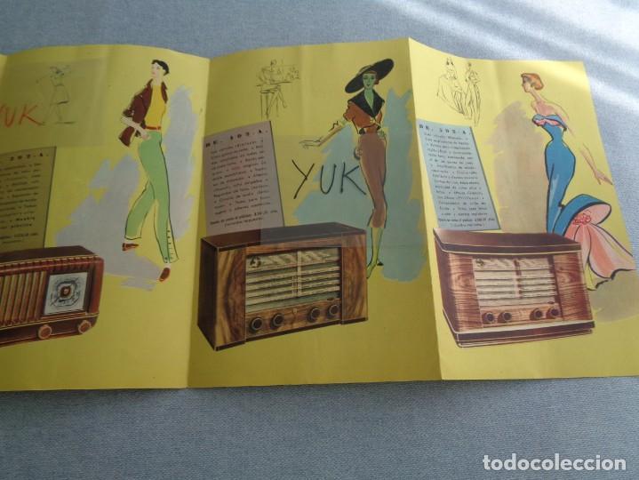 Radios antiguas: BONITO CATALOGO DESPLEGABLE CUADRUPLE DE RADIO PHILLIPS ILUSTRADO A COLOR - 1951 - Foto 5 - 263001925