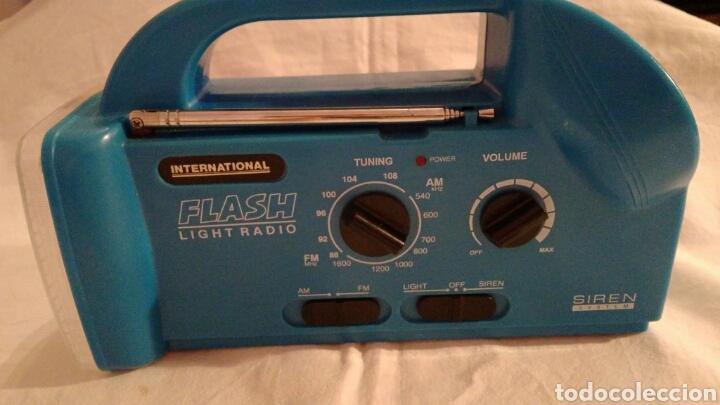 Radios antiguas: RADIO AM/FM CON LINTERNA, SIRENA, LUZ PARPADEANTE, MARCA INTERNATIONAL - Foto 2 - 111461432