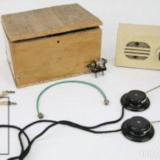Radios antiguas: ANTIGUA RADIO ARTESANAL DE MADERA - CAJA DE MADERA TALLADA Y AURICULARES - AÑOS 60. Lote 121739655
