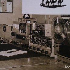 Radios antiguas: FOTOGRAFIA DE UN RADIOAFICCIONADO CON SU EQUIPO PROFESIONAL 1950-60. Lote 151495162