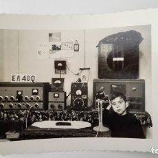 Radios antiguas: FOTOGRAFIA RADIOAFICIONADO CON SU EQUIPO, EA-4-DQ, AÑOS 50. Lote 174082870