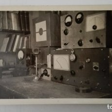 Radios antiguas: FOTOGRAFIA EMISORA RADIOAFICIONADO, AÑOS 50. Lote 174084717